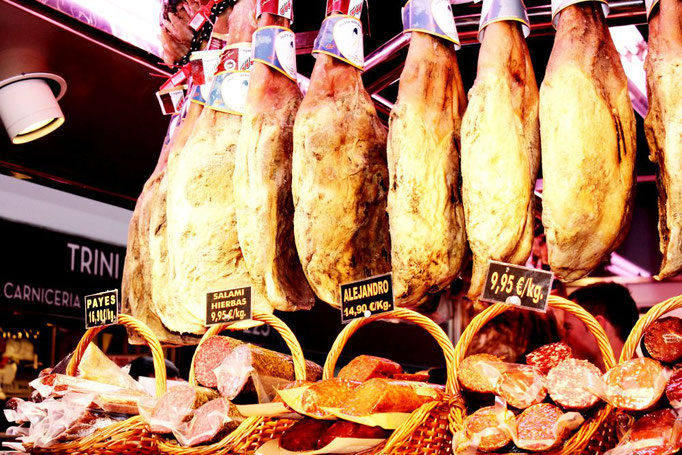 Serrano Schinken auf dem Markt in Bilbao