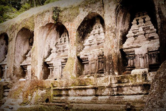 In den Fels gehauene Schreine am Gunung Kawi Tempel