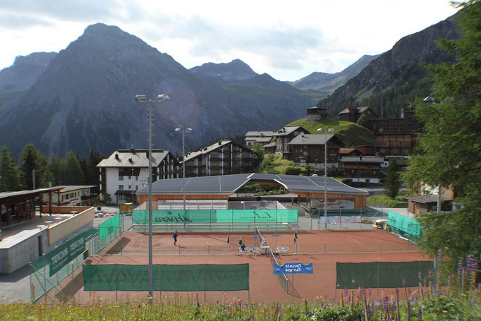 Tennisplatz im Sommer