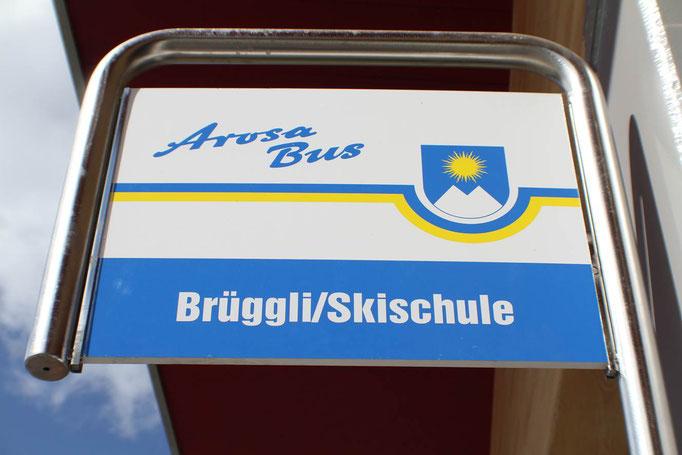 Bushaltestelle des gratis Arosa-Bus befindet sich direkt vor dem Parkhaus