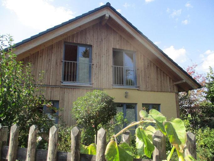 Haus Pahl: Zeitlose Naturholzfassade