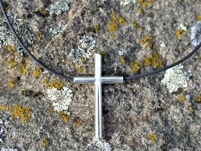 Kreuz aus Silberröhrchen mit durchgehendem Kautschukband