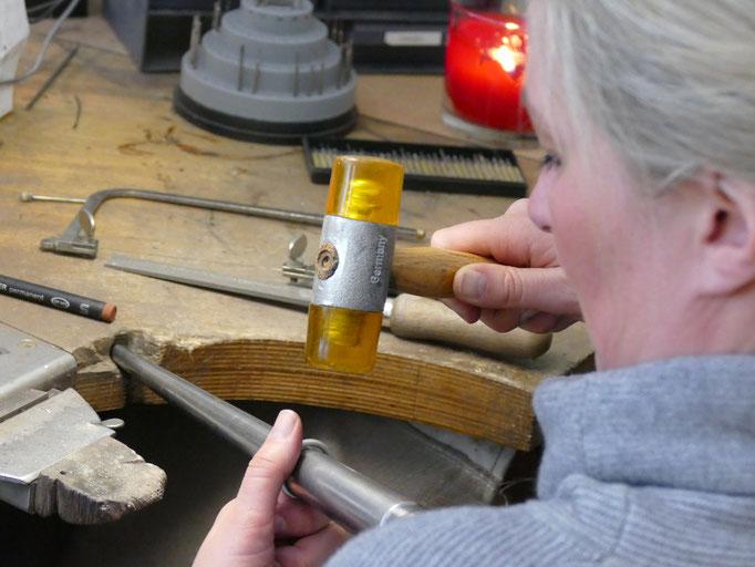 Möchte man keine Macken mehr machen muss auch mal der Kunststoffhammer her...