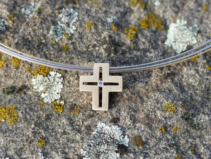 Kreuz aus 585er Gelbgold mit Brillant