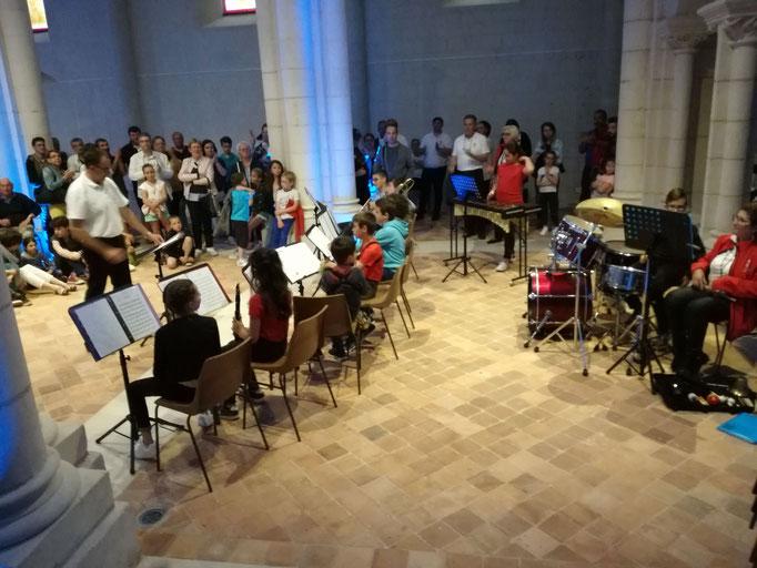 Le Jeune orchestre devant un public attentif