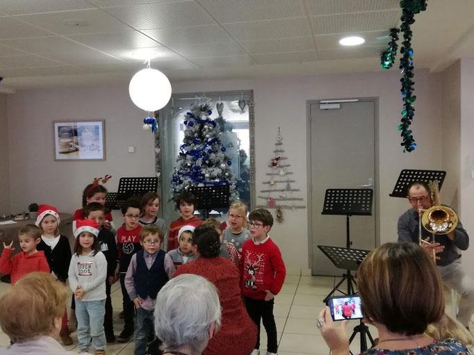 Le trombone accompagne les petits chanteurs