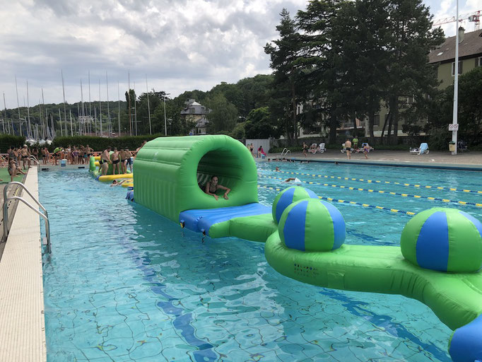 parcours-obstacle-aquatique-gonflable-piscine