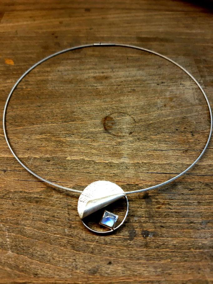 Collier aus 925er Sterlingsilber mit einem Mondstein