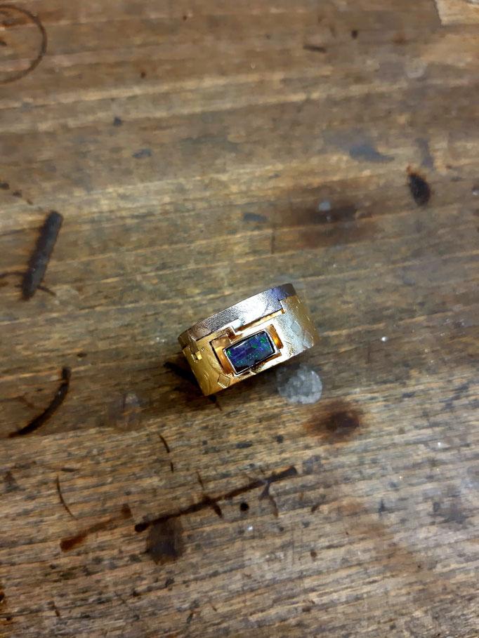 585er Gelb- und Weißgoldring mit Opal, handgeschmiedet