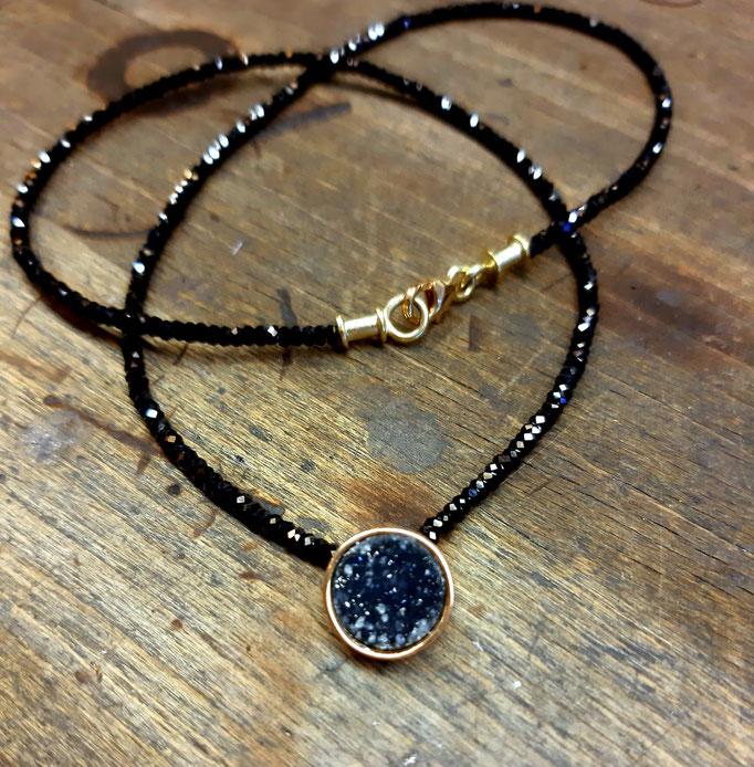 Schwarze Spinell-Kette mit Kristallachat-Anhänger, gefasst in 585er Gelbgold