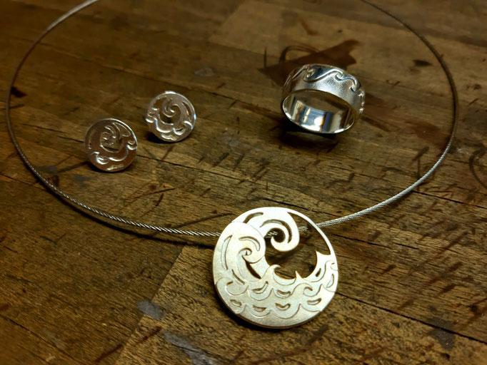 Wellenset mit Collier, Ring und Ohrsteckern: Gearbeitet aus 925er Sterlingsilber
