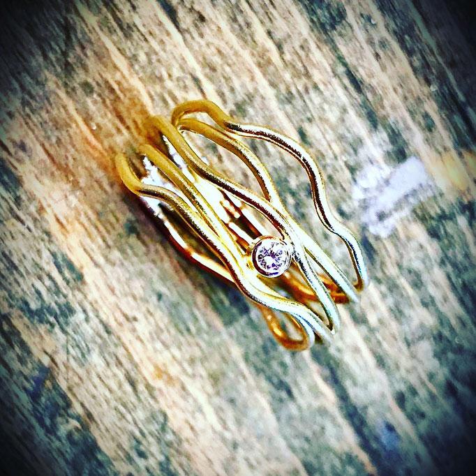 Wickelring aus 585er Gelbgold mit einem Brillanten