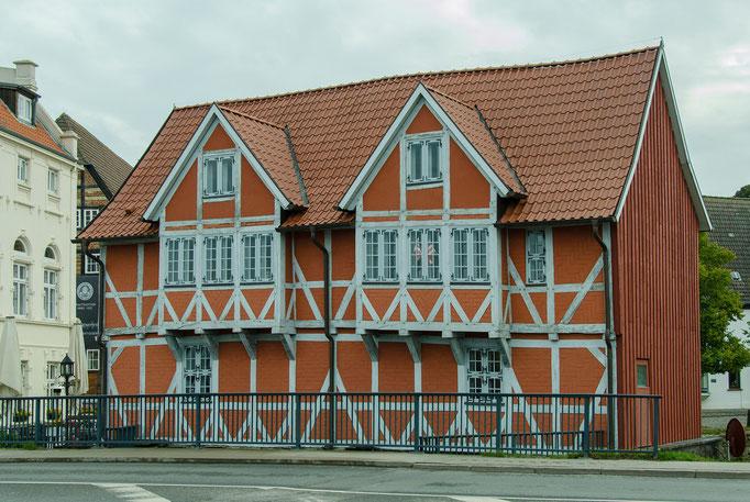 In diesem historischen Gebäude überprüften 2 Wismarer Ratsherren die Qualität des angelandeten Weines. Die Weinproben lieferten öfters ein berauschendes Ergebnis ab.