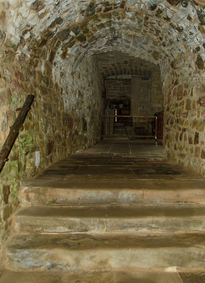 Durchgang zwischen den Kellern, Bild aus dem Rhöner Museumsdorf Tann