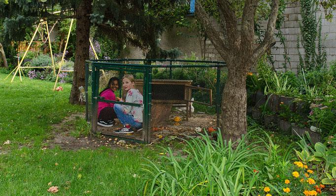 zwei Girls hinter Gitter