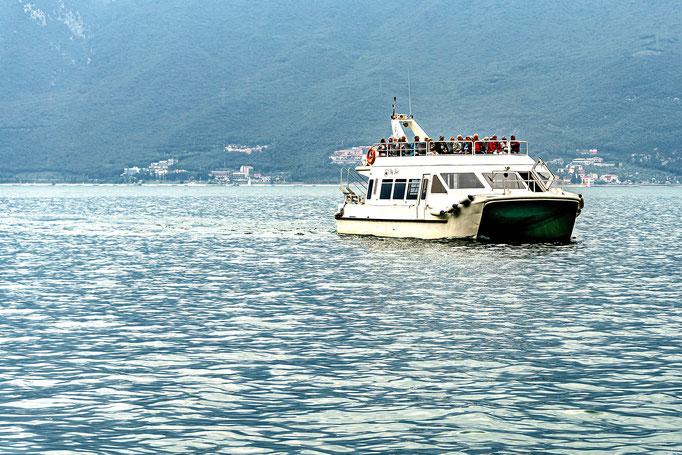 Ein Doppelrumpfboot (Katamaran)