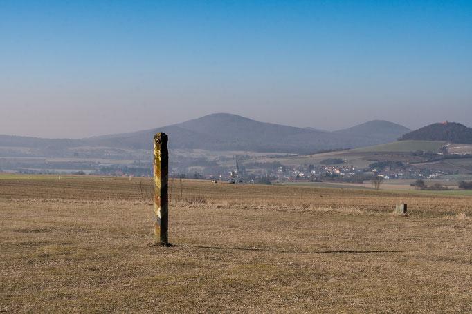 Einsamer Grenzpfahl der Bundesrepublik Deutschland auf den Höhen der Rhön