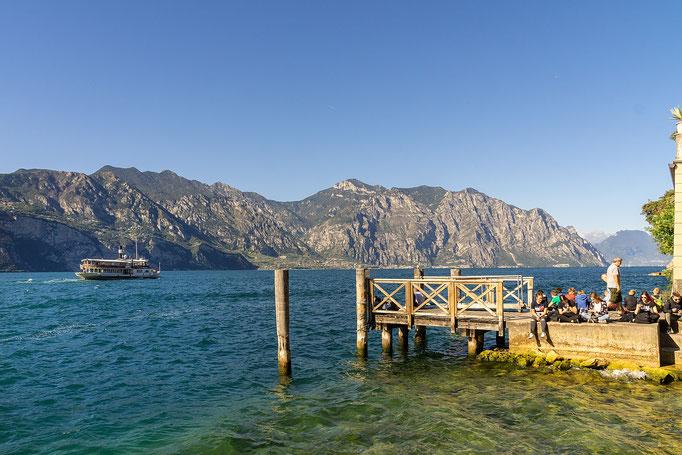 Warten auf das Schiff zur Überfahrt nach Limone sul Garda