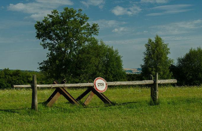 """Einfache Straßensperren mit dem russischen Wort """"STOI"""" auf Deutsch """"Halt"""" wurden nachdem 2. Weltkrieg an der Ostzonengrenze aufgestellt. Sie waren die Vorläufer der todbringenden DDR-Grenzsicherungsanlagen"""
