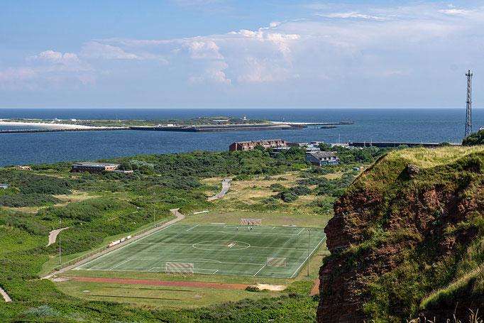 Sportanlage mit Blick auf die Helgoländer Düne