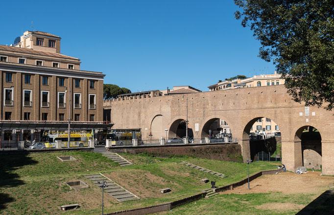 Die geschützte Fluchtmauer verbindet den Vatikan mit den Castel Sant' Angelo (Engelsburg)