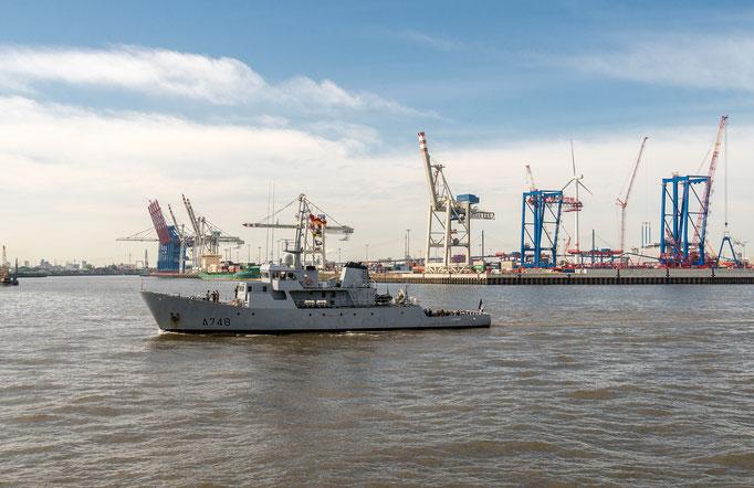 Schnellboot A748 der Französischen Kriegsmarine auf der Elbe in Fahrtrichtung Hamburger Hafen
