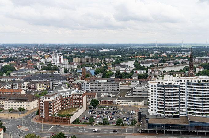 Blick vom Hotel über das Hafengelände