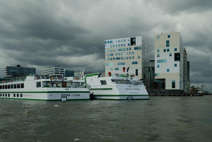Grachtenrundfahrt in Amsterdam, Flußkreuzer im Hafen