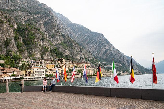 Die Flaggenparade vermittelt internationales Flair