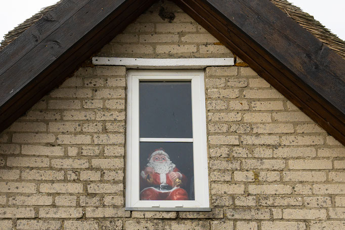 Sehnsüchtig blickt der Weihnachtmann aus dem Giebelfenster über die Ostsee und wartet auf Rudolph, auf sein Reindeer