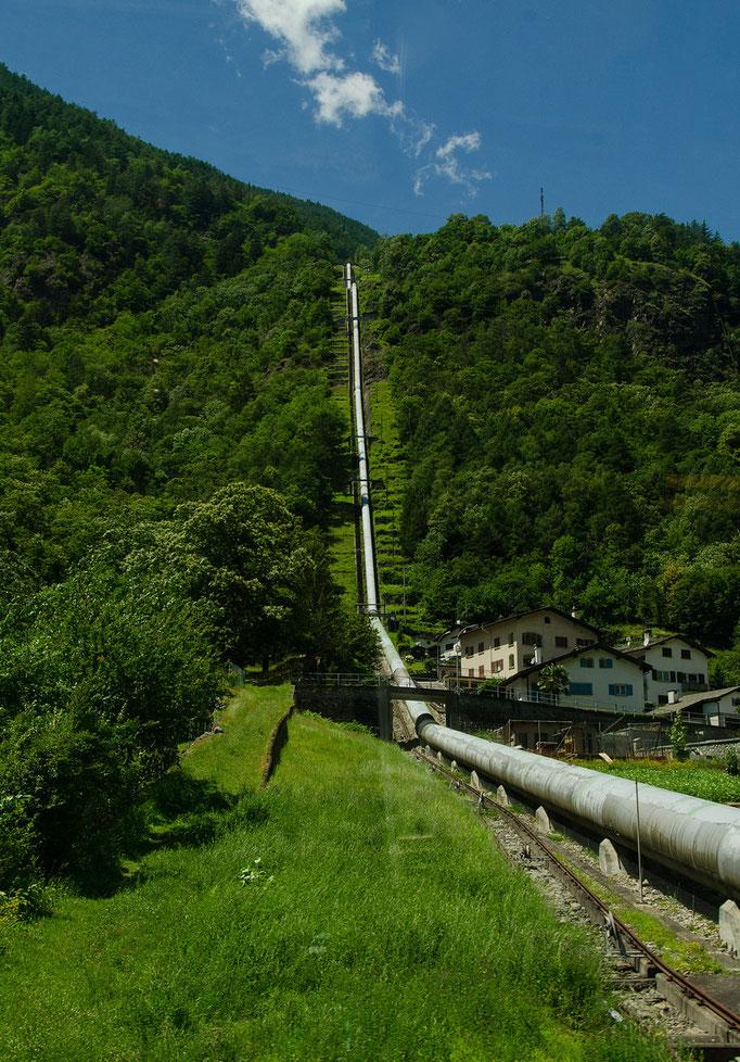 Hier strömt das aufgestaute Wasser vom Berg ins Tal zum Kraftwerk dort erzeugen Turbinen und Generatoren regenerativen Strom