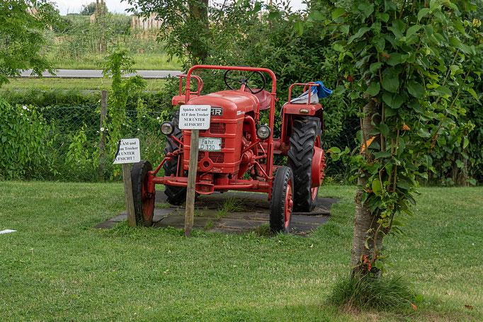 Der alte Traktor eine Attraktion und einer toller Spielplatz für Kinder