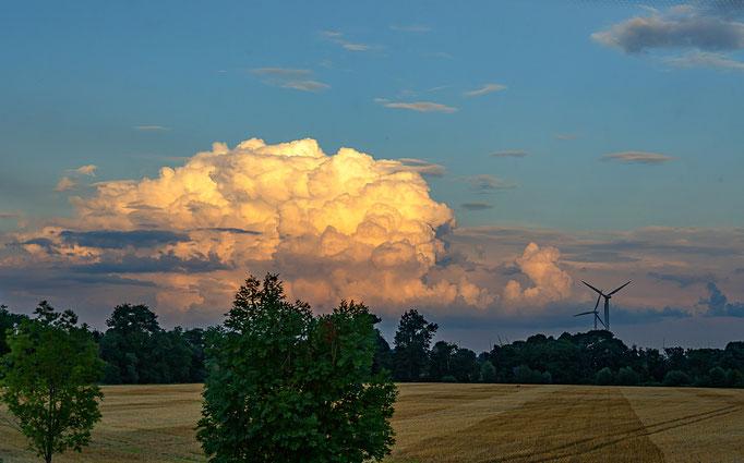 Der Wolkenberg wird von dem warmen Licht der Abendsonne angestrahlt