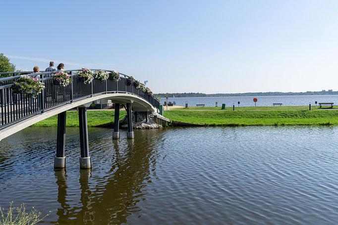 Brücke über den Kanal zum Cafe und zum Bederkaeser See