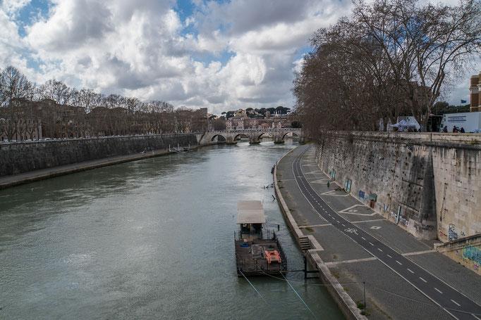 Ein Hausboot auf dem Tiber