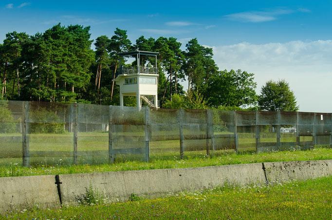 """Blick von Thüringen nach Hessen zum US-amerikanische Beobachtungsstützpunkt """"Point Alpha"""""""