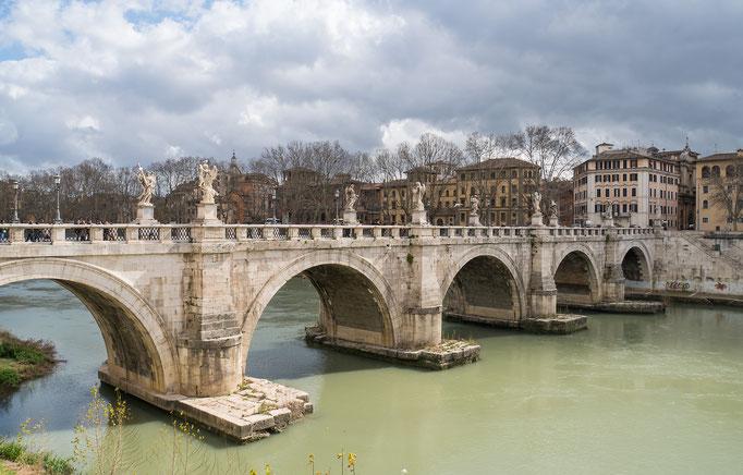 Die Engelsbrücke führt über den Fluß Tiber