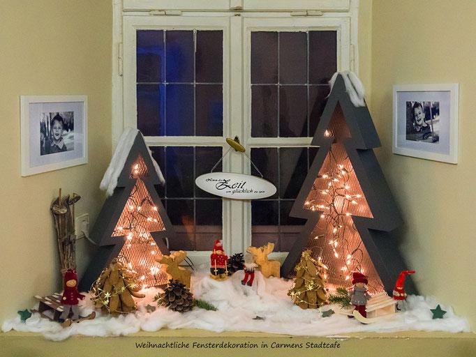Schön dekoriertes Weihnachtsfenster in Carmens Stadtcafe