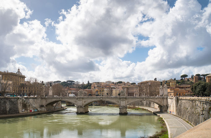 Fluß mit Brücke
