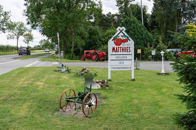 Hinweis zur Einfahrt  auf das Gelände des Obsthofs Matthies
