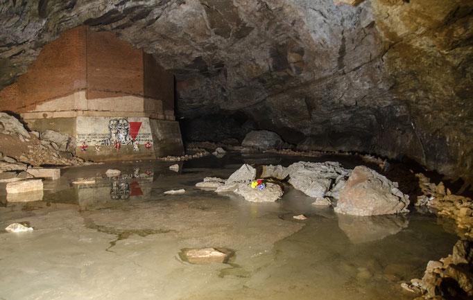 Gedenkstätte für die Gefangenen die in der Höhle zur Arbeit gezwungen wurden und teilweise dabei ihr Leben lassen mußten.