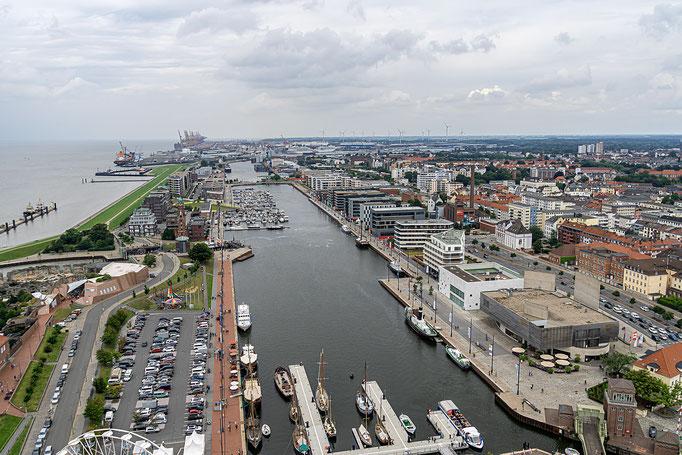 Blick vom ATLANTIC Sail City Hotel über das Hafengelände
