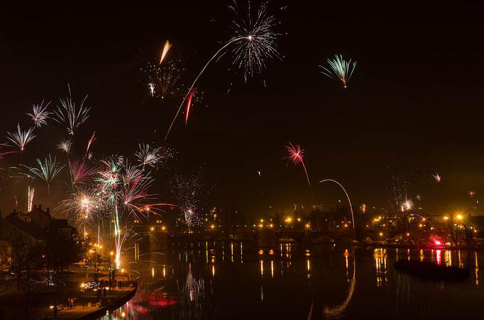 Kitzingen am Main, Feuerwerk zum Jahreswechsel 2013/14 (links der Untere Mainkai, im Hintergrund die Alte Mainbrücke, rechts das ehemalige Gartenschaugelände)