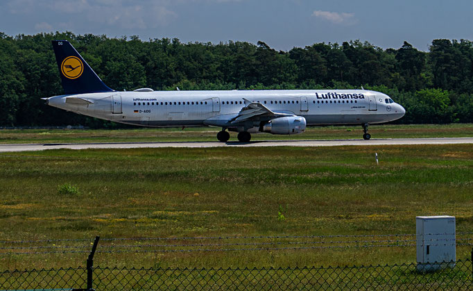 Deutsche Lufthansa AG mit Sitz in Köln ist ein deutscher Luftfahrtkonzern und gemessen an der Anzahl der beförderten Passagiere das größte Luftverkehrsunternehmen Europas.