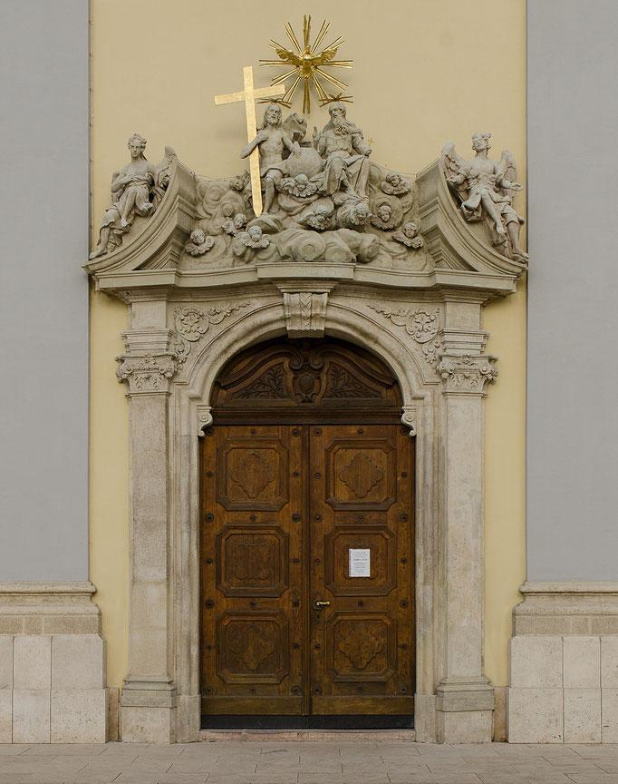 Hauptportal zur Pfarrkirche in der Innenstadt