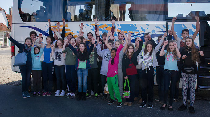 Rückfahrt: Gruppenfoto der AKG-Teilnehmer vor dem Reisebus