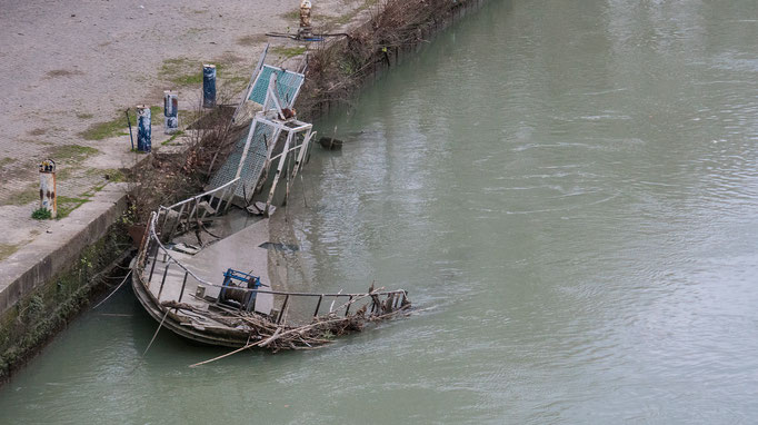 Havariertes Boot im Tiber