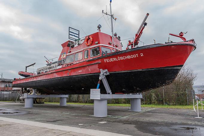 Feuerlöschboot 2, Baujahr: 1966, Antrieb: 2 Dieselmotore mit je 351 PS, Tiefgang: 1,25 m, Einsatz bei der Feuerwehr Mannheim