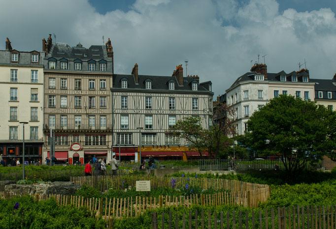 Rouen; Jeanne d'Arc, die Jungfrau von Orléans, fand 1431 ein grauenhaftes Ende. Sie endete auf dem Scheiterhaufen .