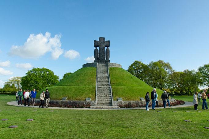 La Cambe. Im sechs Meter hohen Tumulus liegt ein Gemeinschaftgrab mit 207 unbekannten und 89 namentlich bekannten Soldaten.